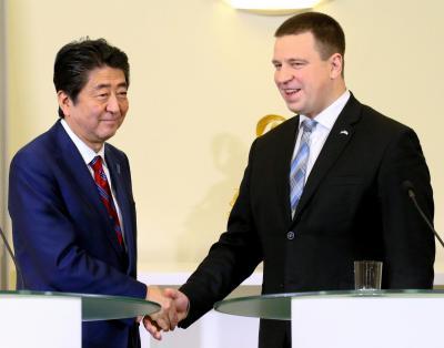 エストニアのラタス首相(右)との共同記者発表を終え、握手する安倍晋三首相=2018年1月12日、タリン