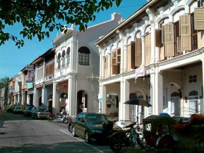 日本人滞在者が増えており、記者も多拠点居住地の一つとして検討しているマレーシアのペナン島。植民地時代の街並みと多様な文化が魅力=2004年7月25日