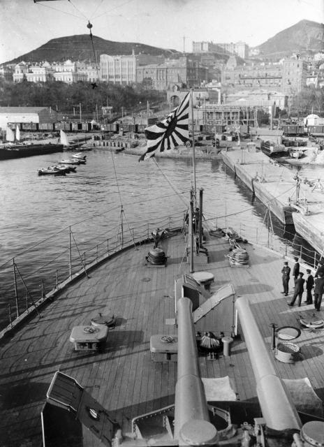 1918年10月、日本軍のシベリア出兵でウラジオストクの港に停泊する旧日本海軍の船艦三笠