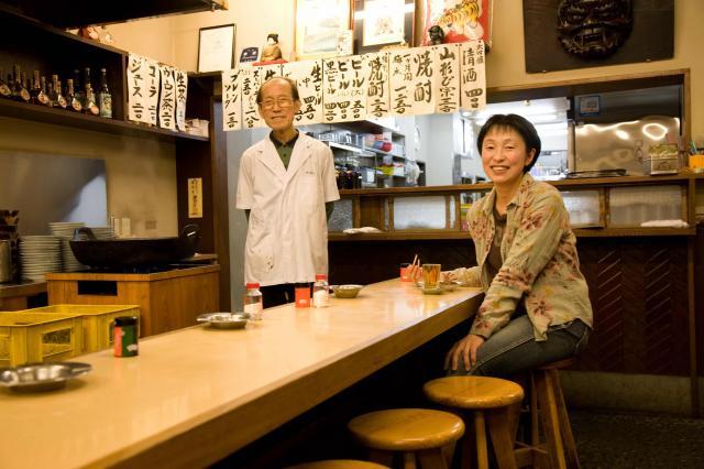 北千住の居酒屋「大はし」の主人と、筆者の舟橋左斗子さん(本人提供)