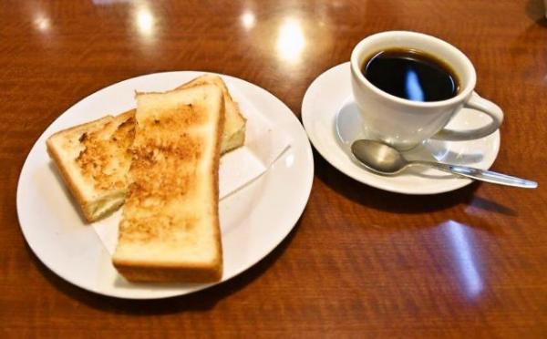 【1日目「はやしや」】コーヒーにサービスでトーストがつきました=名古屋市中区
