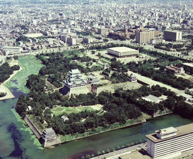 西側上空から見た名古屋城。左下の三重の建物は西北隅櫓、右下隅はホテルナゴヤキャッスル=1976年