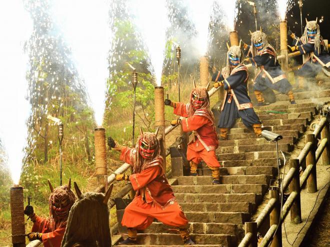 「地獄の谷の鬼花火」で手筒花火を噴射する登別温泉の守り神「湯鬼神」=北海道登別市