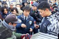 練習の合間に即席のサイン会が開かれ、囲んだファンに対応するプロ野球・日本ハムの清宮幸太郎選手(手前右)