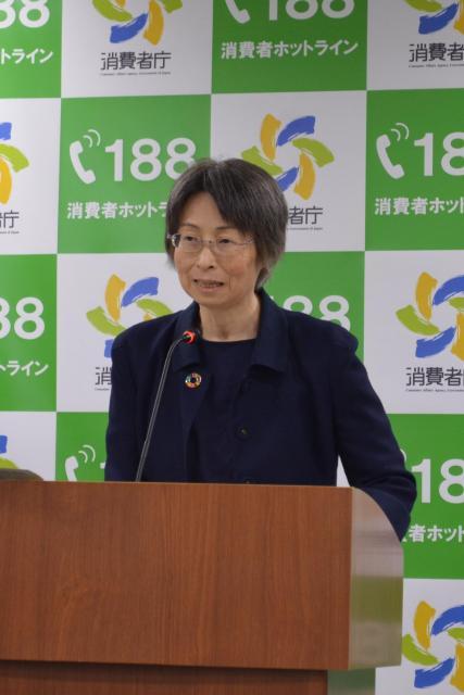 定例の記者会見に出席する消費者庁・岡村和美長官=5月