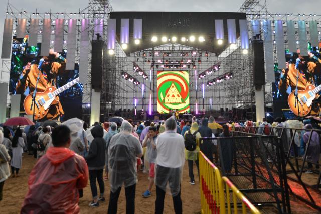 雨にもマケズ、演奏は夜まで続きました=2018年5月19日、中国・河北省懐来県、冨名腰隆撮影