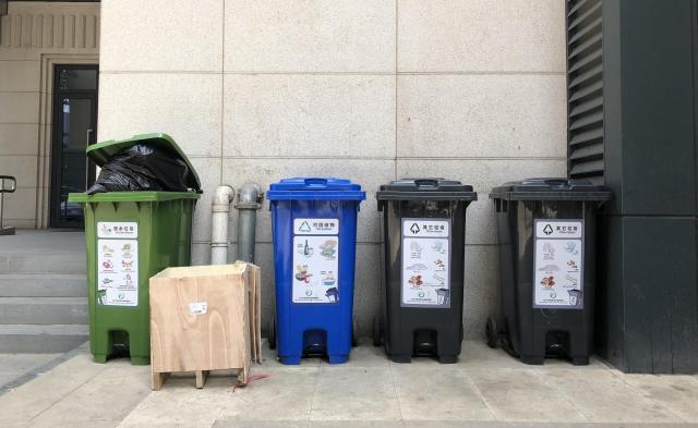 これが北京市内の分別用ごみ箱。表示がありますが、あまり守られていません……=2018年5月25日、冨名腰隆撮影