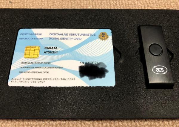 記者が取得したe-Residencyの電子IDカード(画像は一部加工しています)とカードリーダー