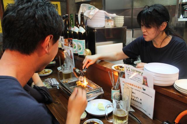 初めてのお客さんに焼き方を説明していた「ラヂオ食堂」スタッフの村田由美さん