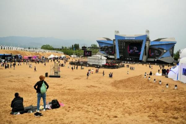 MTAは砂丘に音楽ステージが出現!=2018年5月19日、中国・河北省懐来県、冨名腰隆撮影