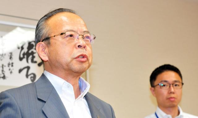 セクハラ疑惑を追及され辞意を表明した東京都狛江市の高橋都彦市長(左)。自分の行為については「セクハラと認識できるものはない」と主張