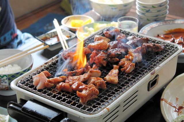 コンロの上で一気に焼かれる前島食堂の鶏肉