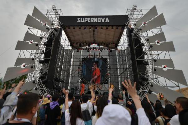 中国・河北省懐来県で開催された「MTA天漠音楽フェスティバル」。盛り上がってます=2018年5月19日、冨名腰隆撮影