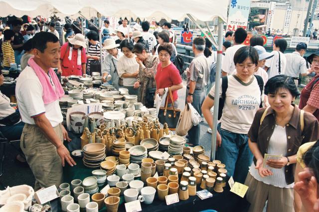 愛知県瀬戸市の掘り出し物を求める客でにぎわう「せともの祭」 =1998年