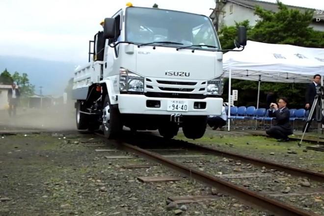 線路の上を走るトラック(こちらは2015年6月に南阿蘇鉄道で撮影したものです)=野中正治撮影