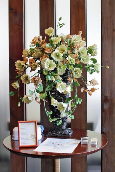 結婚式を彩ったパンフラワー(粘土で作られた花)。すべて新婦の母が作りしたものです