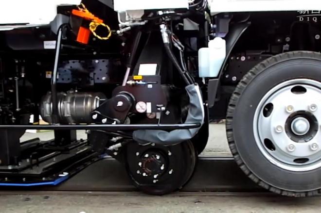 タイヤだけでなく、レールを走るための車輪が付いています(こちらは2015年6月に南阿蘇鉄道で撮影したものです)=野中正治撮影