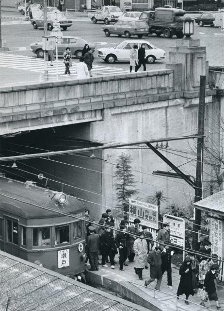 橋の下の大津町駅。朝のラッシュ時は乗降客でにぎわう=1976年