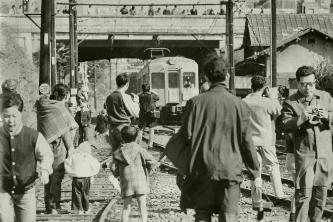 廃止される「お堀の電車」を見に集まった人たち=1976年