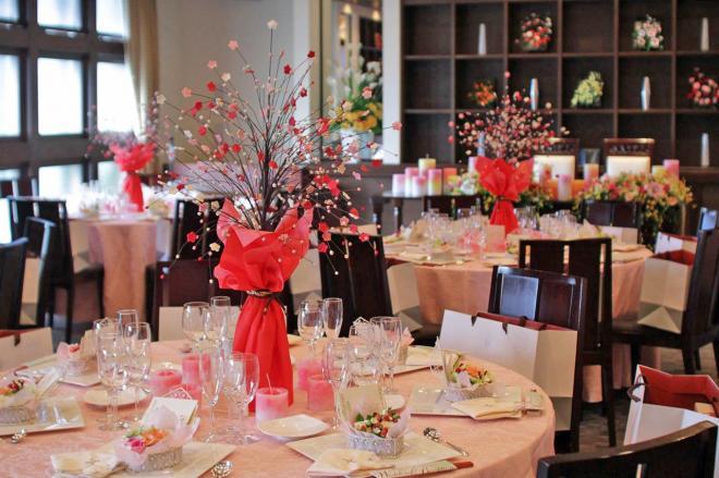 テーブルの花もすべて粘土で手作りされています