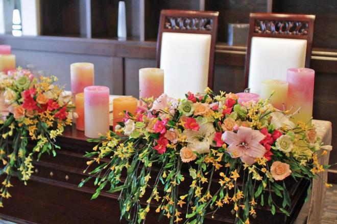 結婚式場に飾られた手作りのパンフラワー。すべて新婦の母が手がけました