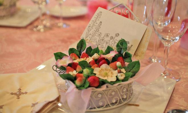 各テーブルの席札も持ち帰れるように花で飾られていました