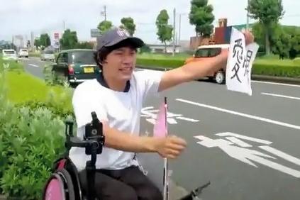 静岡県でヒッチハイクをする寺田さん=2017年7月