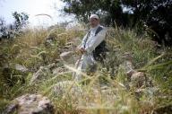 「近いけれど遠い場所なんです」と話しながら、生まれ故郷のベイトスール村で思い出にふけるパレスチナ人のアリ・ムハンマドさん=2018年4月18日、杉本康弘撮影