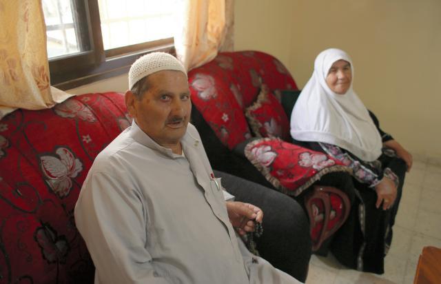 「私の人生はユダヤ人とパレスチナ人の争いに翻弄されてきた」と語るムハンマドさん(左)=2018年4月17日、杉本康弘撮影