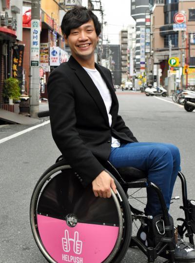 寺田湧将(てらだ・ゆうすけ) 1990年、愛知県出身。脳性まひのため生まれつき足に障害があるが、イギリス留学やお笑い芸人、歌舞伎町のホストに挑戦。現在は「車いすを押してくれませんか?」と声をかけて日本全国を進む、車いすヒッチハイクの旅のチャレンジをしている。2017年12月、自伝「車イスホスト。」(双葉社)を出版。