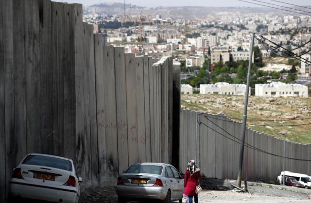 ムハンマドさんが住む東エルサレムの難民キャンプの近くの町は高さ8メートル以上の壁で仕切られています=2018年4月17日、杉本康弘撮影