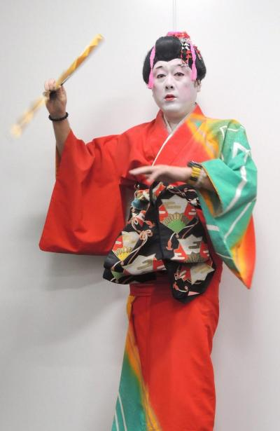 踊りを披露するコウメ太夫さん=2016年撮影