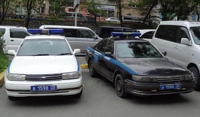 ウラジオ市内で見かけたパトカー。ロシアは左ハンドルですが、このパトカーは日本の中古車なので右ハンドルです=中川仁樹撮影