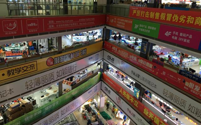 6階建てビルの下から上まで、電子機器やパーツなど各種専門店がびっしり詰まった「華強電子世界」。4階にはスマートホームの展示コーナーが設けられ30社が出展。こんなビルがあちこちに