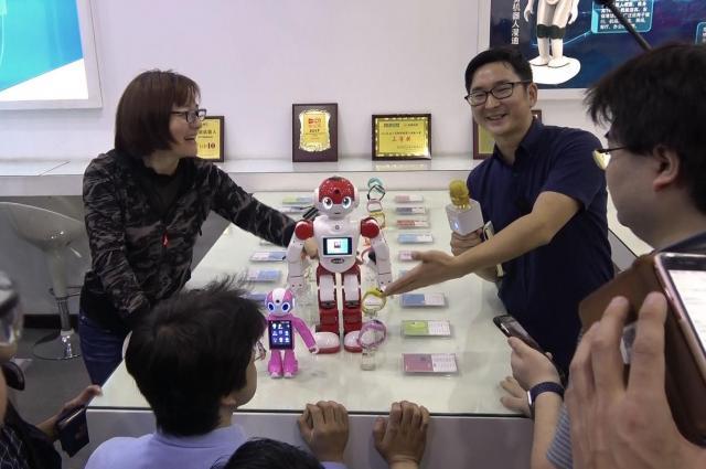 スマホに手足が生えたような小型ロボット。呼びかけると愛らしい声で答えます