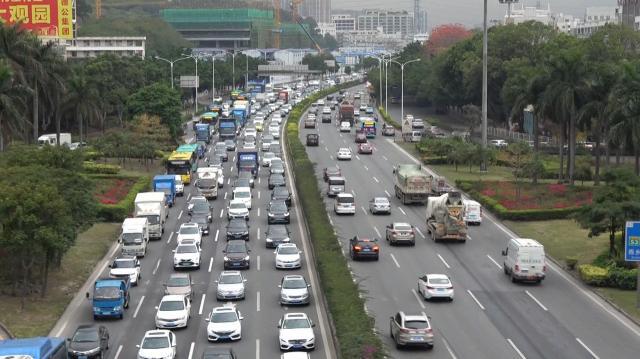 整然と流れる車列。深圳の道路事情の良さは定評があり、観察会リピーターからは「都市計画の後出しじゃんけん」という言葉も聞かれました