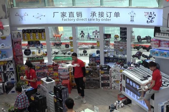 危なくない? 買い物客で混み合う店内で大型ドローンを飛ばす、DJIシャツを着た販売員ら