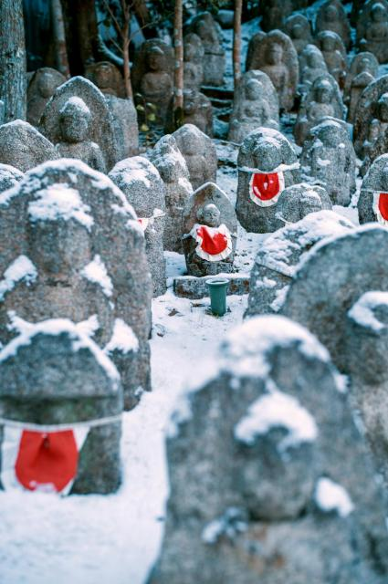 清水寺の雪の千体地蔵=2018年1月、京都市東山区、写真家・須藤和也さん撮影