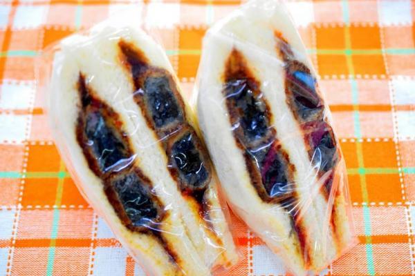 肉じゃがコロッケを使い、イカスミで黒くした 「富山ブラックコロッケサンド」