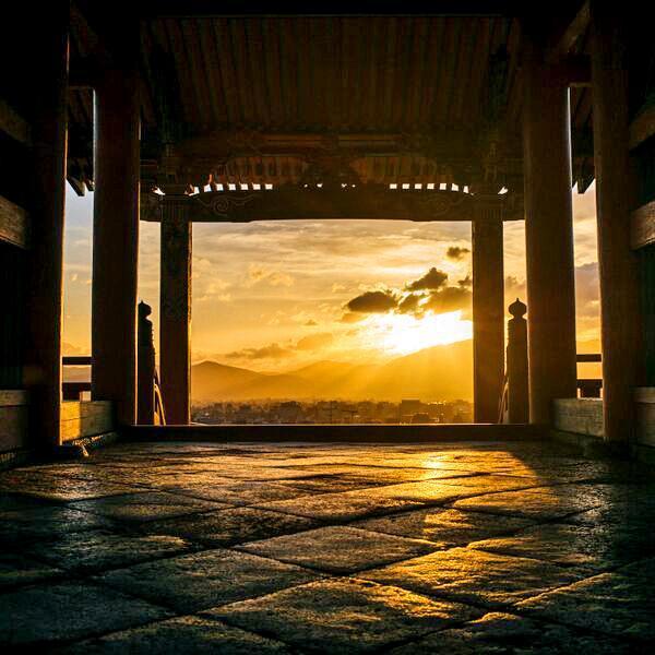 清水寺から見た夕日。京都の街並みも一望できる=京都市東山区、写真家・須藤和也さん撮影