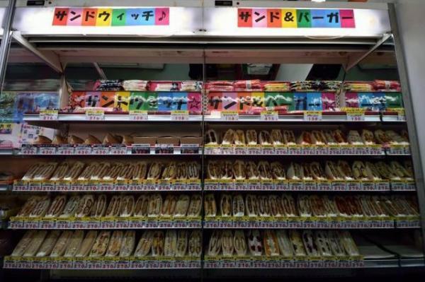一時100種類超を数えたサンドイッチの棚=2017年7月