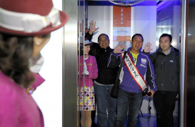 エレベーターで展望台に向かう節目の来塔者ら=2018年1月25日