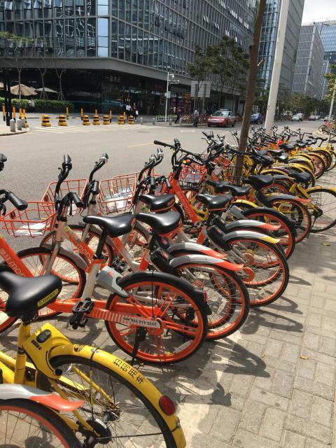 スマホ操作ですぐ借りられ、乗り捨ても自由なシェアサイクル。大手2社が採算度外視で市場争いを繰り広げ、至る所で2色の自転車が群をなしていました。中国では家でも車でも「シェア」が大流行、それにもスマホが一役買っています