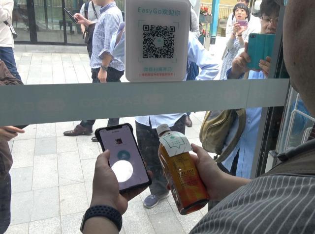 スマホで買い物できる無人コンビニ。アプリでQRコードを読み取って入店、あとは商品を手に取れば自動で決済される仕組みでした。言葉ができなくても大丈夫