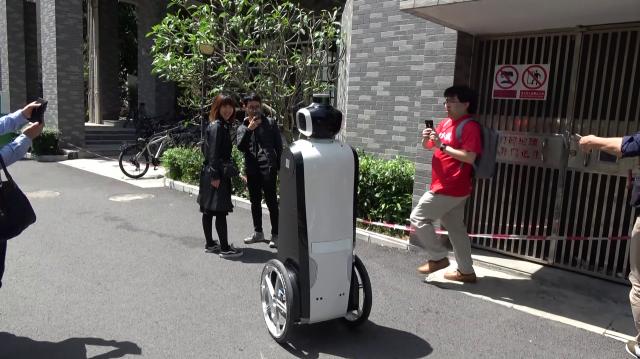 新技術の実証試験? 深圳大学の構内で突然出会ったカメラ付き自走式ロボット