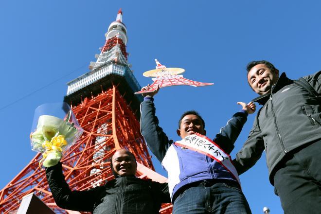 東京タワーの1億8000万人目の来塔者(中央)=2018年1月25日