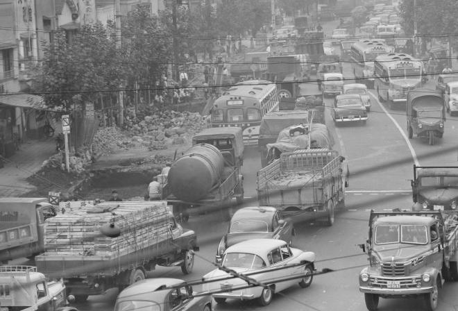 1957年、資材を積んだトラックで混雑する東急池上線大崎広小路駅付近