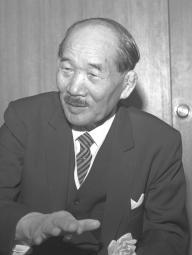 1964年8月、東京・紀尾井町にホテルニューオータニを完成させ、朝日新聞の取材に応じた大谷米太郎。「本業は鉄屋で、ホテル経営など考えてもいなかったが、オリンピックのためにぜひ、といわれて建てた」と語る