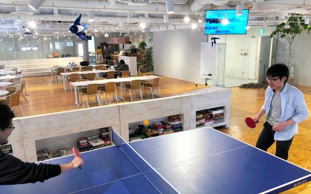 「freee」本社9階にあるオフィス。卓球台やバーカウンターがあり、全社員が集まる会合や他団体のイベントが開かれることも=東京都品川区