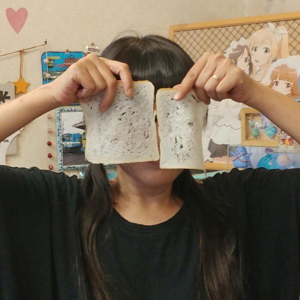 薄く切った食パンで顔を隠すじゅんさん